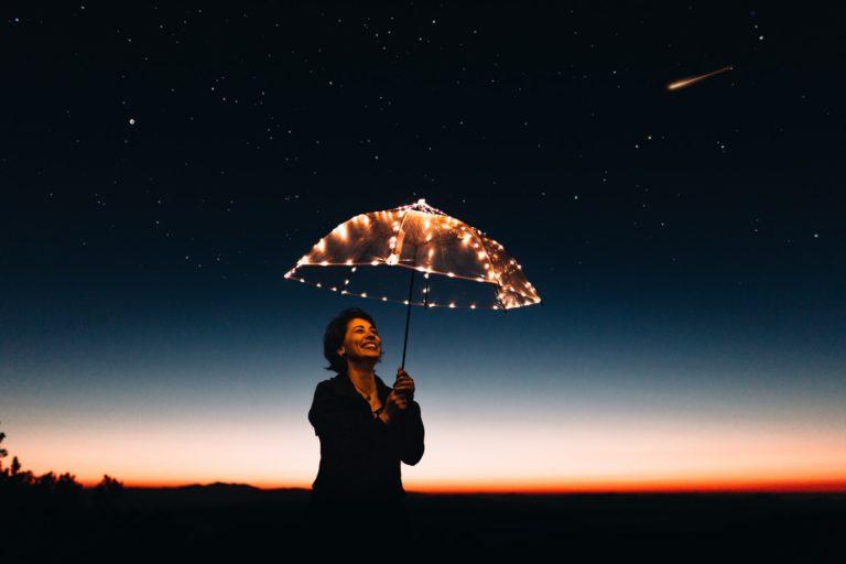Щастлива Жена по нощно небе