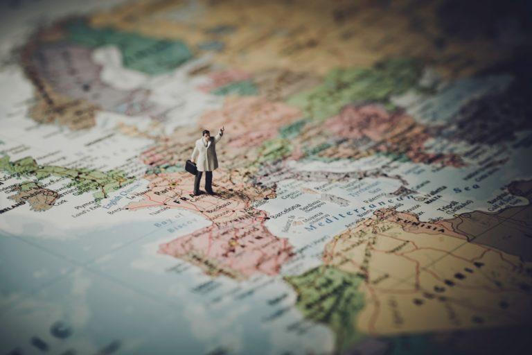 снимка на миниатюра на човек на географска карта