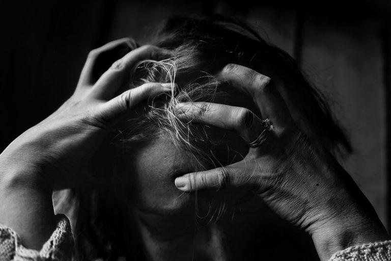 Унижена жена снимка
